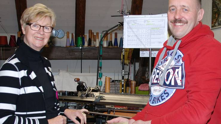 Ursula Jutzi und Reto Weiss vor einer alten Strickmaschine. sh
