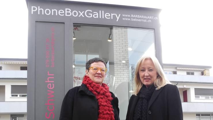 Barbara Schwehr und Babs Ernst vor ihrer «PhoneBoxGallery».
