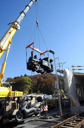 Von der Hebebühne aus wird die hydraulische Felsbohrmaschine gesteuert.