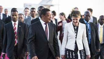 Simonetta Sommaruga (rechts) wird vom äthiopischen Präsidenten Mulatu Teshome (Mitte) am Flughafen empfangen. Im Hintergrund der Bundesratsjet.