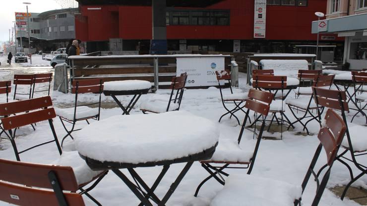 Die Tische bei der temporären Schlittschuhbahn zeigen an, wie viel es geschneit hat