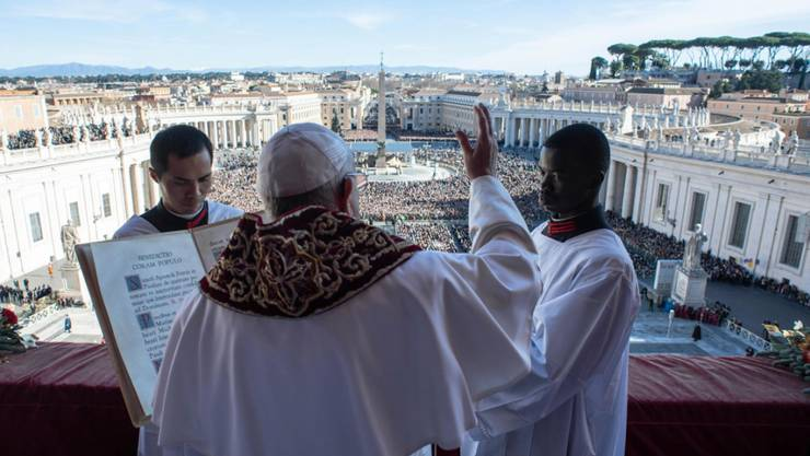 Aus Sicherheitsgründen werden Besucher auf dem Petersplatz in grösserer Entfernung vom Papst (mittlere Person) gehalten.