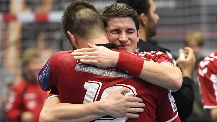 Sebastian Kündig (hinten) und Leonard Pejkovic feiern den Aufstieg mit einer innigen Umarmung.