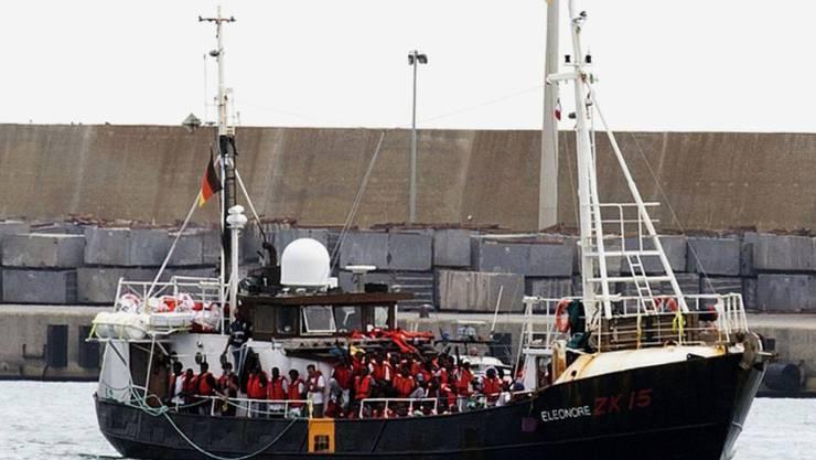 """Das deutsche Rettungsschiff """"Eleonore"""" mit mehr als 100 Flüchtlingen an Bord bei der Einfahrt in den Hafen von Pozzallo auf Sizilien."""