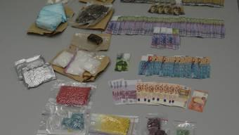 Die von der Berner Polizei sichergestellten Drogen und das Bargeld.