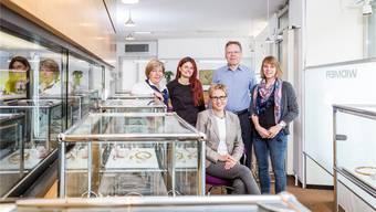 Das heutige Widmer-Team: Jeannette Frey, Schmuck-Beraterin, Mireille Werz, Goldschmiedin, Thomas Widmer, Geschäftsführer, Noa Birti, Goldschmiedin (v.l.) und sitzend Susanne Widmer, Geschäftsführerin.