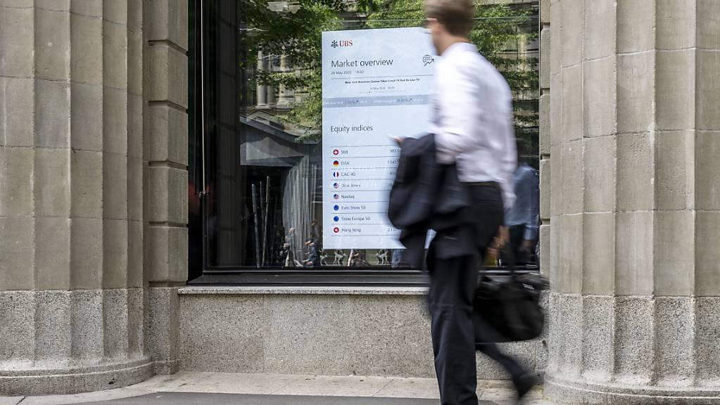 Auf einem Bildschirm im Fenster der UBS Filiale an der Zuercher Bahnhofstrasse werden Boersendaten angezeigt, fotografiert am 26. Mai 2020 in Zuerich. (KEYSTONE/Christian Beutler)