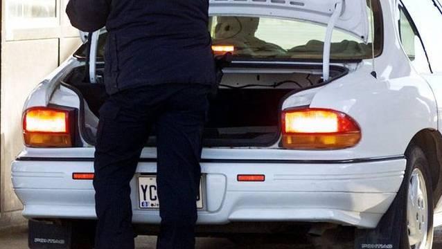 Ein Automechaniker entdeckte das Kleinkind nackt und verschmutzt im Kofferraum der Frau. (Symbolbild)