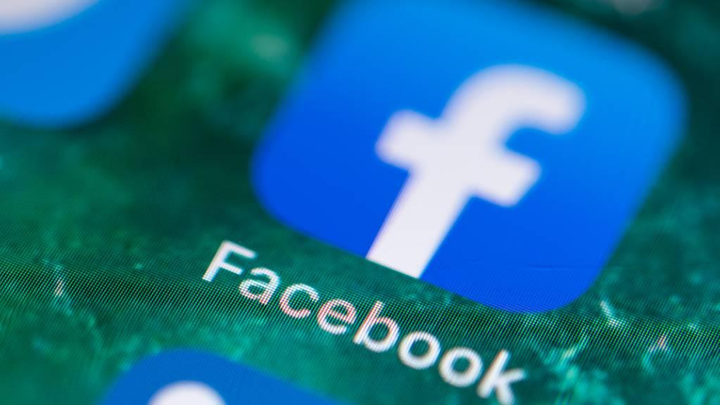 ARCHIV - Auf dem Bildschirm eines iPhones wird die App von Facebook angezeigt. Foto: Fabian Sommer/dpa