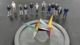 Gemeinderat, Tägi-Verantwortliche und Helfer haben den bunten Stern enthüllt.