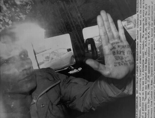 Vanunus Entführung wurde erst bekannt, als es ihm gelang, Journalisten mit einer auf die Handfläche gekritzelten Nachricht  darauf aufmerksam zu machen. Er presste die Hand an das Fenster des Wagens, das ihn zum Gericht b