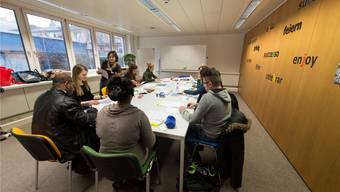 Deutschkurs für Fremdsprachige: Lehrerin Christine Frei übt mit ihrer Klasse für den Abschlusstest. zvg