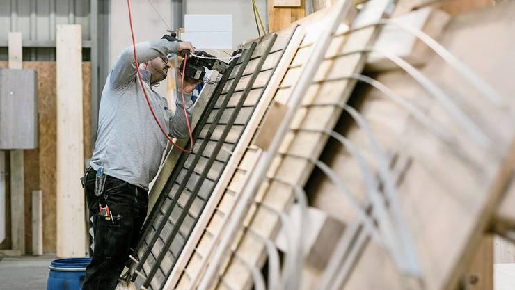 Vieles in der Produktion bei Erne läuft maschinell. Elemente wie Aussenfassaden verschrauben die Handwerker noch immer von Hand.