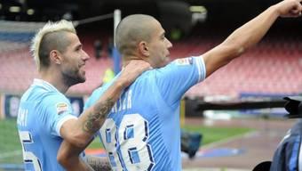 Napolis Doppeltorschütze Inler (rechts) mit Teamkollege Behrami
