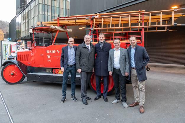 Thierry Burkart (Mitte) mit dem Badener Regierungsrat Stephan Attiger (Zweiter von links) und den beiden Co-Präsidenten der FDP Baden, Tobi Auer (ganz links) und Oliver Steger (ganz rechts) sowie FDP-Stadtrat Philippe Ramseier.