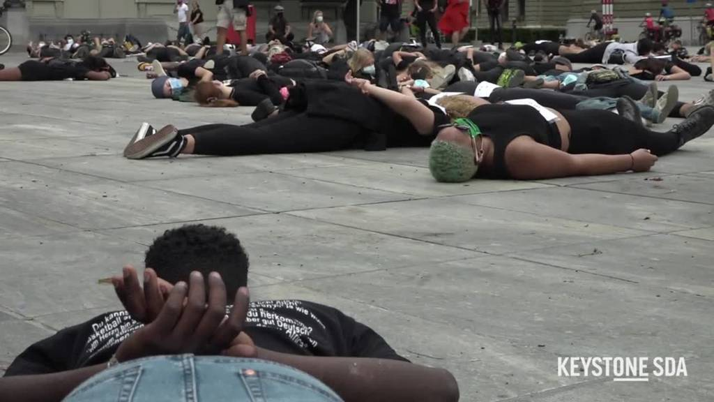 Demonstrierende legen sich bei Black-Lives-Matter-Kundgebung auf den Bundesplatz