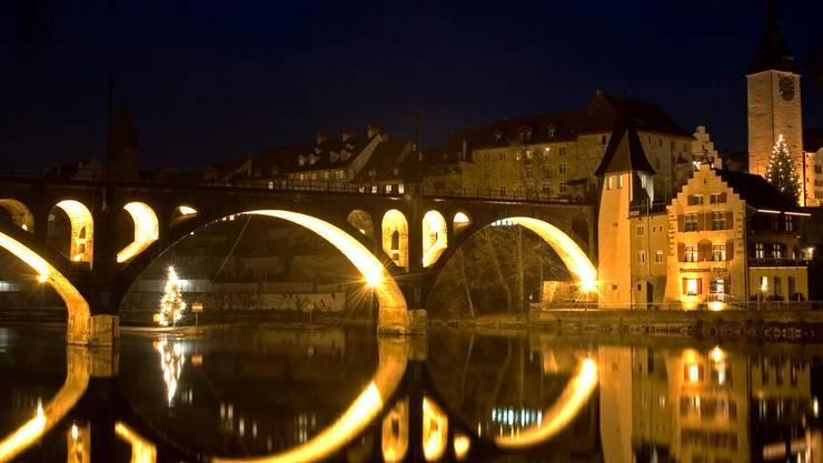 Adventsstimmung: Die Bremgarter Bahnbrücke könnte schon bald das ganze Jahr über beleuchtet werden. Archiv/dno