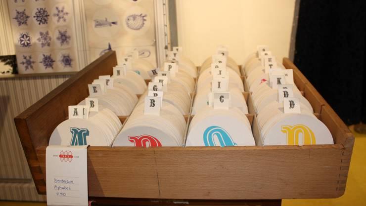 Hier dreht sich alles ums Handwerk. Dabei ist Taktil mehr als ein Laden. Es werden Kurse angeboten und lokale Produzenten können sich vernetzen. Entsprechend nennt sich Taktil «Work/Shop». Der Laden ist eine Fundgrube, in der Recycling und «Upcycling» (Neuverwendung von Abfallprodukten) eine wichtige Rolle spielen. Hier findet man Schmuck, bedruckte Krawatten oder auch vegane Handschuhe. Die selbstbedruckten Bierdeckel erfreuen sich grosser Beliebtheit. Einzigartigkeit ist garantiert. Alle Preiskategorien,Feldbergstrasse 39www.taktilworkshop.ch