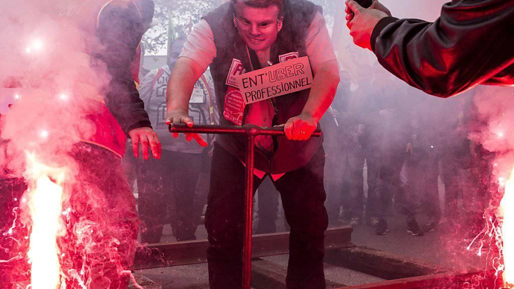 Bahnstreik in Frankreich: Ein Bahnangestellter trägt bei einer Protestaktion am Mittwoch in Lyon eine Maske von Wirtschaftsminister Emmanuel Macron.