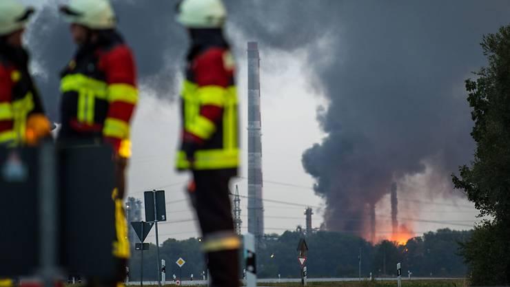Ein Brand ist auf einem Raffineriegelände in der Nähe von Ingolstadt hat acht Verletzte gefordert. Rund 1800 Menschen mussten vorübergehend evakuiert werden. (KEYSTONE/Lino Mirgeler)