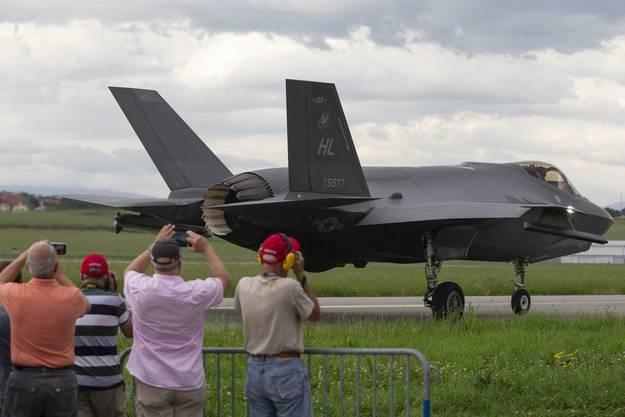 Grosse Attraktion: «Planespotter» beobachten den F35 auf dem Flugplatz Payerne. (Bild: Keystone)