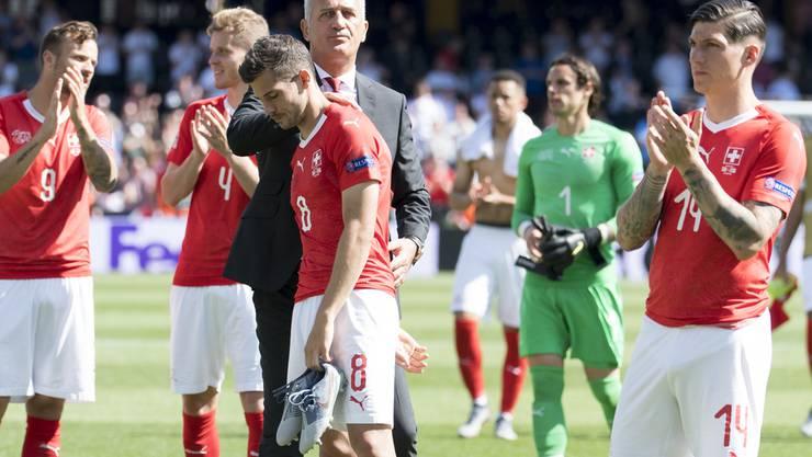 Die Schweiz muss sich im Elfmeterschiessen 5:6 geschlagen geben. Die enttäuschten Spieler lassen trotz der guten Leistung die Köpfe hängen.