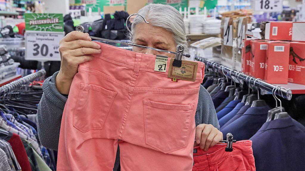 Die Konsumentenpreise sind gestiegen: eine Frau kauft eine Hose (Symbolbild).