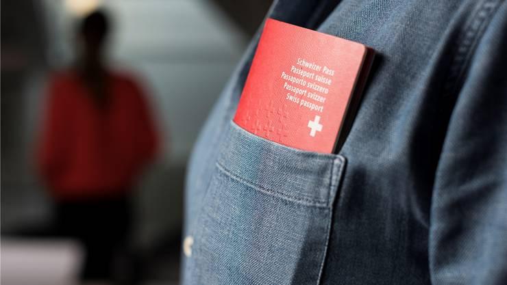 Den roten Pass erhält nur noch, wer zehn Jahre lang keine Sozialhilfe bezogen hat.