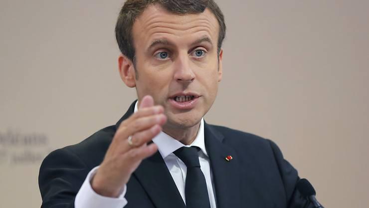 Der Überflieger Emmanuel Macron ist in seinen ersten 100 Tagen als französischer Präsident auf die Mühen der Ebene gestossen. (Archiv)