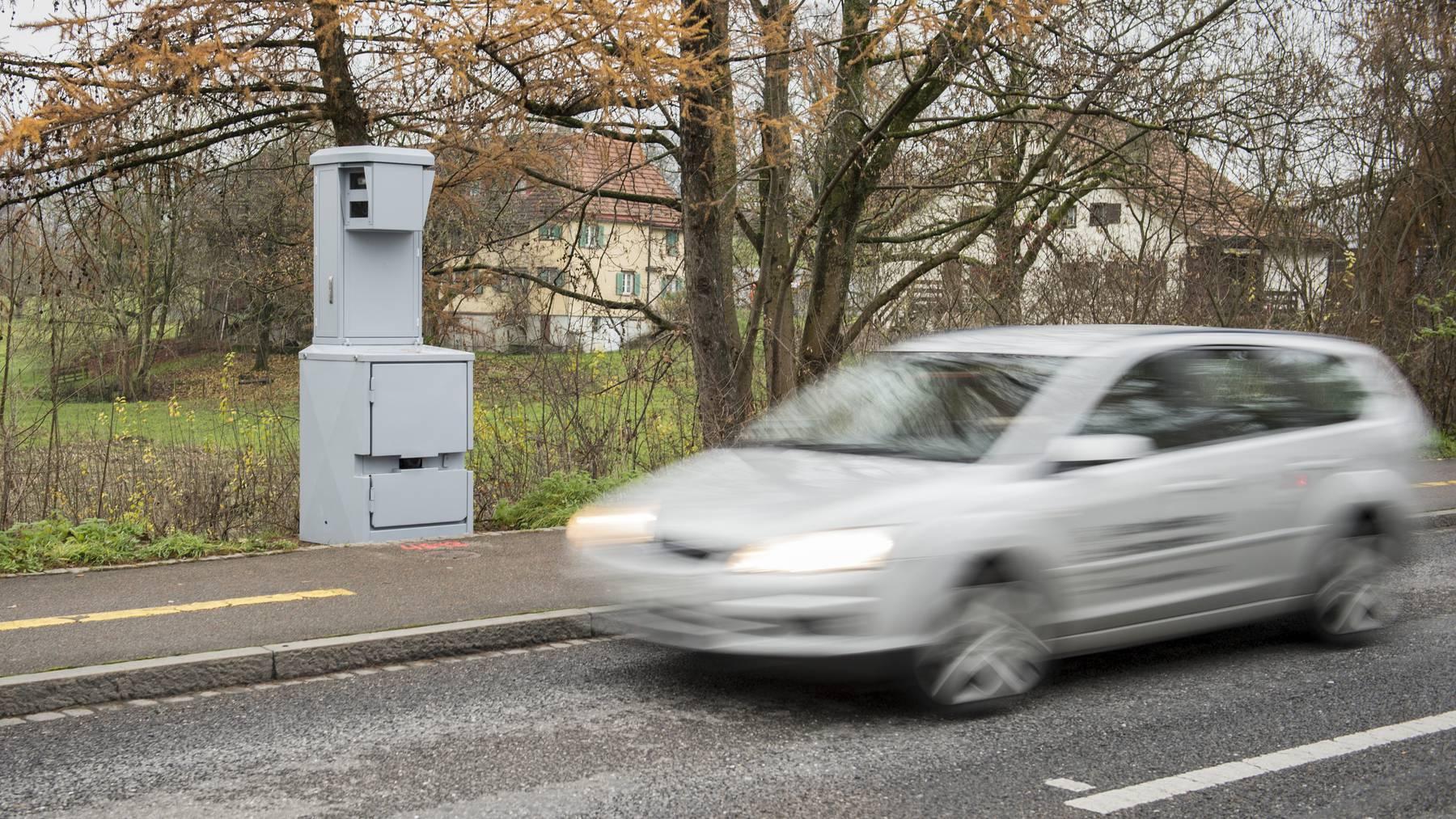 Bringen die meisten Ordnungsbussen ein: Geschwindigkeitsmessungen – hier ein Blitzer auf der Geissbergstrasse in St.Gallen. (Archiv)