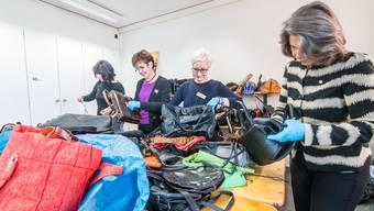 Ein mal pro Woche treffen sich die Frauen, um hunderte Taschen zu sortieren.