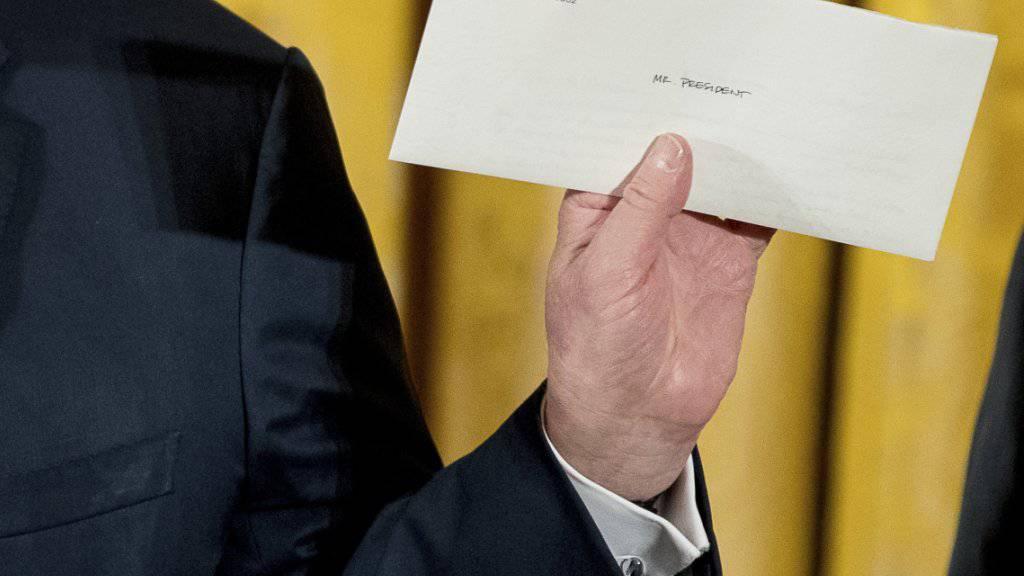 US-Präsident Donald Trump zeigt den Brief, den ihm sein Vorgänger Barack Obama geschrieben hat.