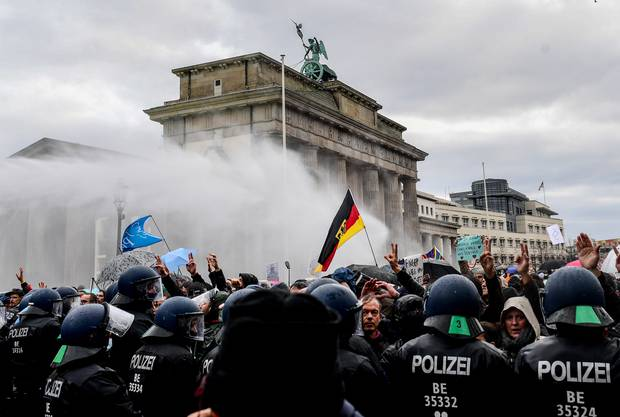 «Wasserregen nach Art einer Giesskanne» – Berlins Polizeidirektor Stephan Klatt zum Einsatz der Wasserwerfer.