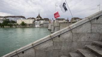 Die Frau wurde von einem privaten Bootsführer bei der Mittleren Brücke aus dem Rhein gerettet.