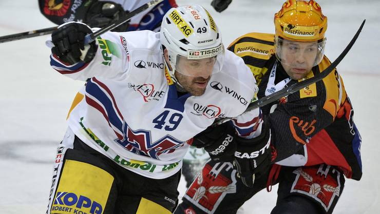 Andreas Hänni (l.) kämpft im Dress des EHC Biel gegen den Berner Martin Plüss um den Puck