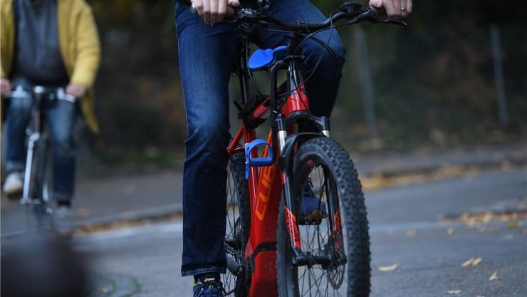 Sowohl E-Bike-Fahrer als auch Velofahrer sind oft in flottem Tempo unterwegs auf den Strassen (Symbolbild).