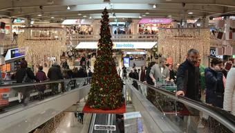 Selbst der weihnachtlich geschmückte Baum ist Werbung: Am 26. Dezember wird dem Konsum gefrönt.