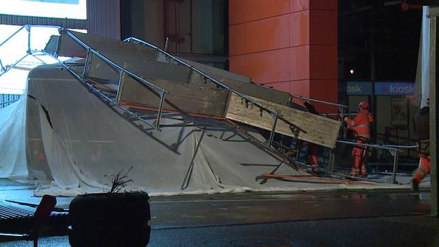 Oftringen:  Starke Winde lassen zwei Baugerüste bei Baumarkt einstürzen