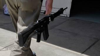 Mehr Armeewaffen sollen ins Zeughaus: Das fordern die Initianten.  key
