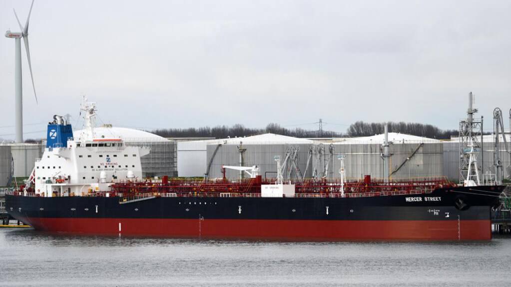 Der Tanker M/T Mercer Street liegt im Hafen von Rotterdam. Das japanische Schiff war nach Angaben der zuständigen britischen Firma im Norden des Indischen Ozeans angegriffen worden.