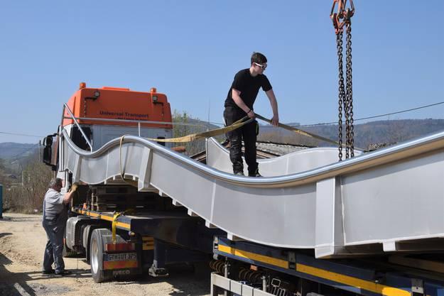 Das Schwimmbad Schinznach wird derzeit erneuert und erweitert; angeliefert wird die Breitwellenrutschbahn für die Badi