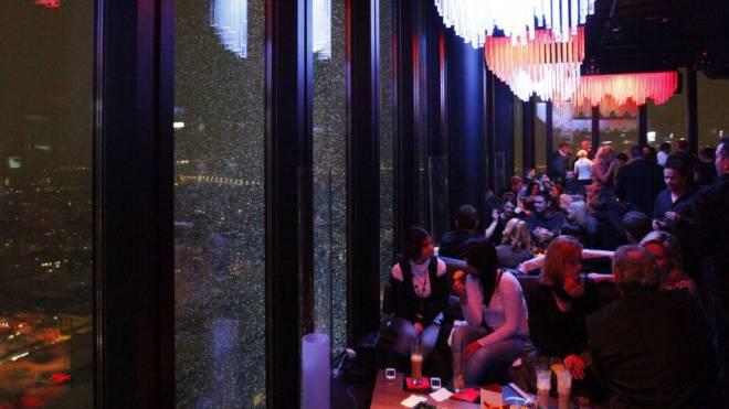 Die Bar Rouge im Messeturm ist der höchstgelegene Club von Basel. Foto: Archiv
