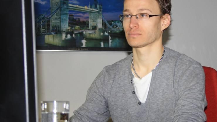 Marc Hochuli an seinem neuen Schreibtisch, im Hintergrund die Londoner Tower Bridge.