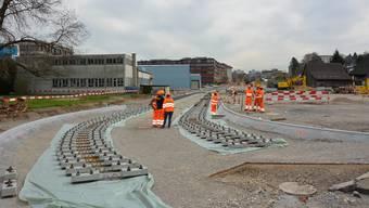 In Schlieren werden bereits die Gleise für die Limmattalbahn verlegt. Ob bis Killwangen-Spreitenbach weitergebaut wird, entscheidet das Volk.