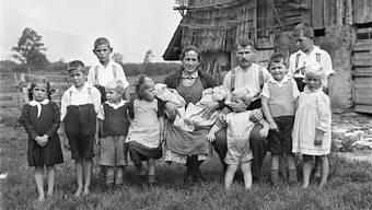 Früher war alles grösser: Die Familie Stadler posiert am 27. Juni 1942 auf ihrem Hof in Attinghausen, Kanton Uri, für den Fotografen.