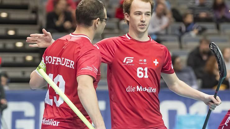 Captain Matthias Hofbauer (links) gratuliert 5:3-Torschütze Jan Zaugg