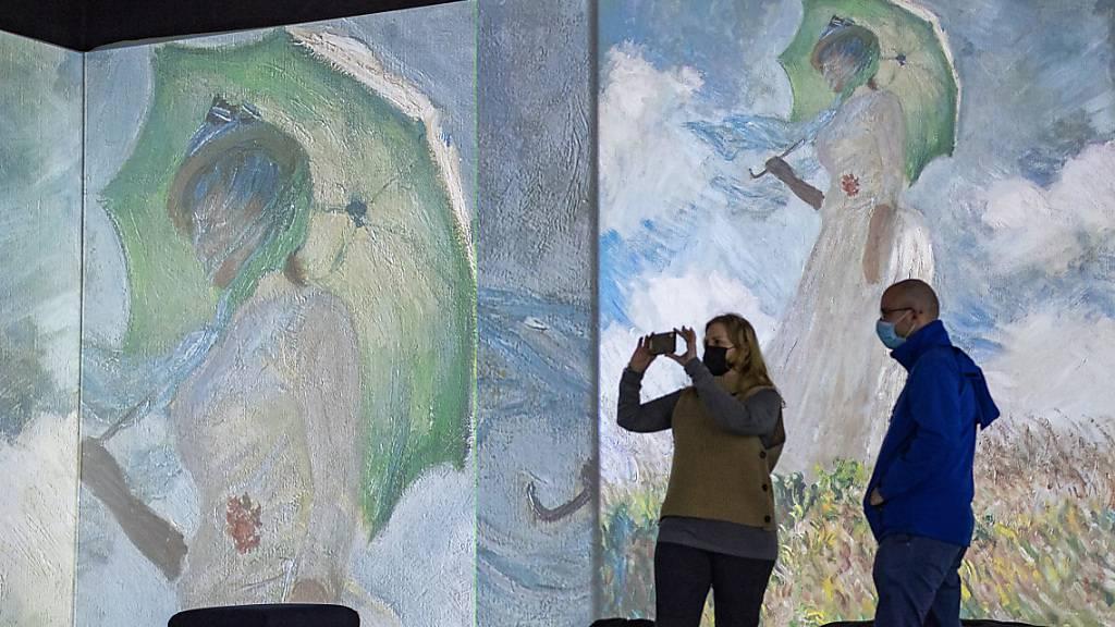 Von Kunst umgeben: Die Ausstellung «Monet Experience and the Impressionists» in der Messe Luzern zeigt Bilder von Claude Monet auf Grossleinwänden.