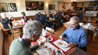 Fast volle Gaststube über Mittag im Restaurant Flügelrad in Olten.