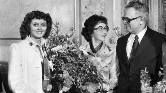 Eveline Widmer-Schlumpf freut sich zusammen mit ihrer Mutter Trudy über die Wahl ihres Vaters Leon Schlumpf in den Bundesrat am 5. Dezember 1979 im Berner Bundeshaus. Foto: Keystone