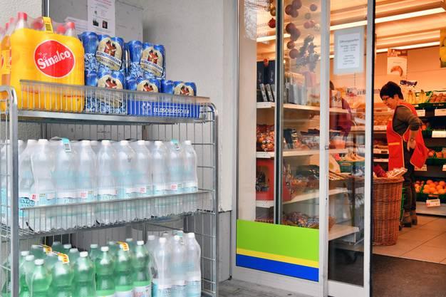 Seither muss das Trinkwasser abgekocht werden. Im Dorfladen stehen jede Menge Wasserflaschen zum Kauf bereit.